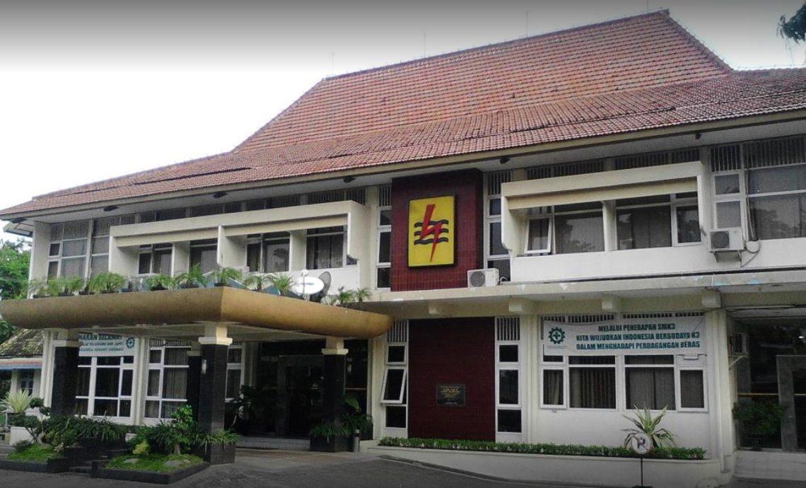 Mengunjungi Kantor Cabang PLN