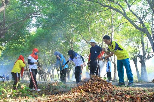 1.   Membersihkan Lingkungan Sekitar