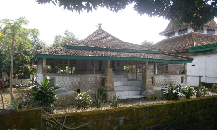 12.   Makam Dewi Sekardadu
