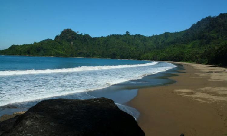 14.   Pantai Bandealit