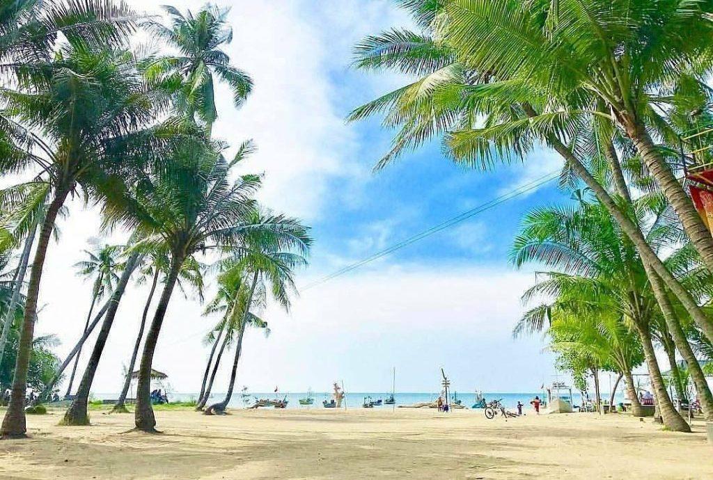 2.   Keistimewaan dan Keunikan Pantai Kelapa Tuban