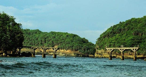 21.   Pantai Jembatan Panjang