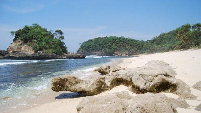 26.   Pantai Saloko