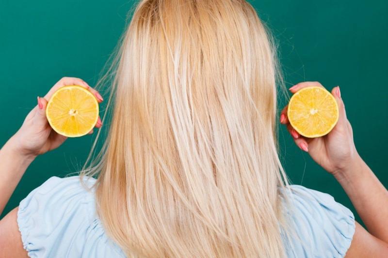 3.   Bilas Rambut dengan Air Lemon