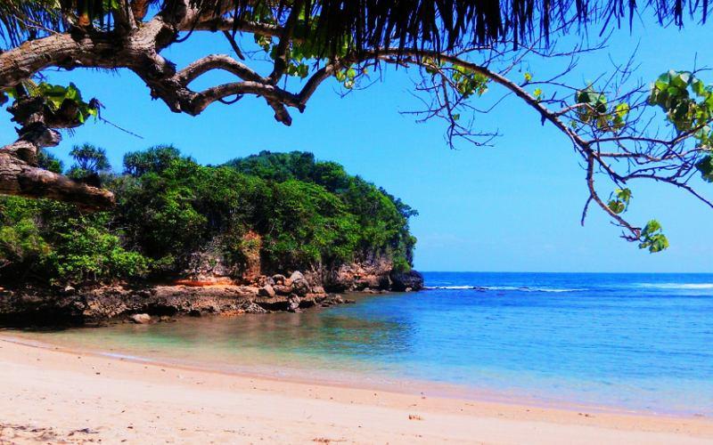 5.   Pantai Ngliyep