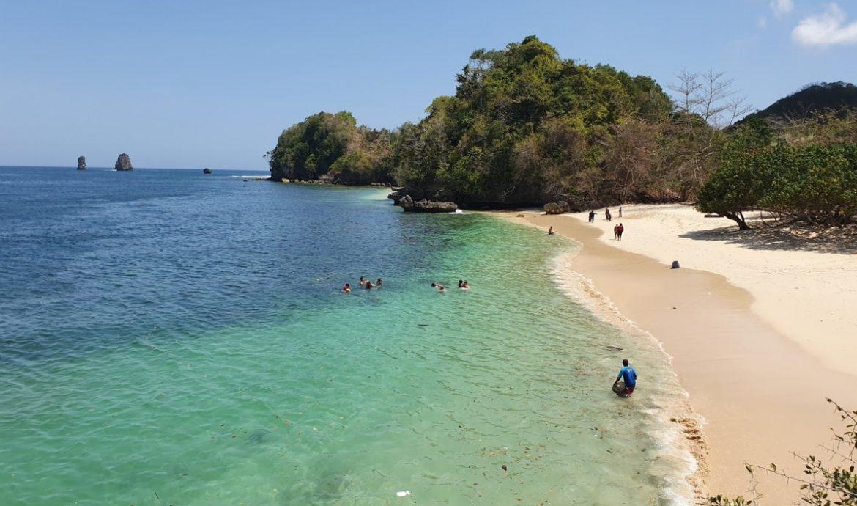 5.   Pantai 3 Warna Malang