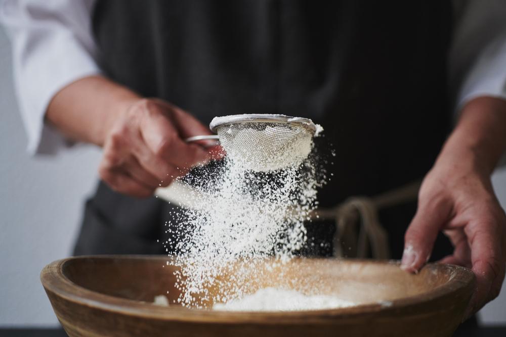 3.   Ayak Tepung Terigu, Susu dan Coklat Bubuk