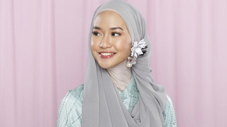 10. Hijab dengan Bros Cantik