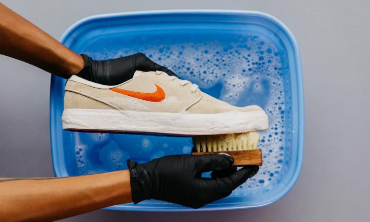 13. Cuci Sepatu