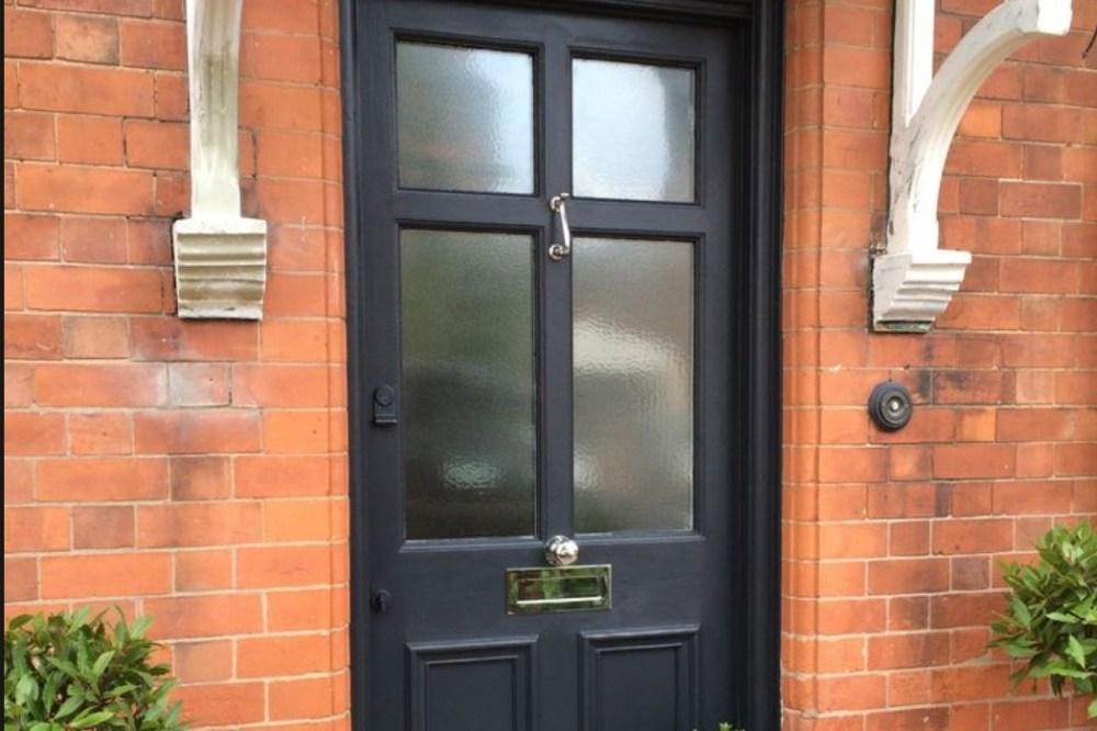 10. Pintu Cat Hitam