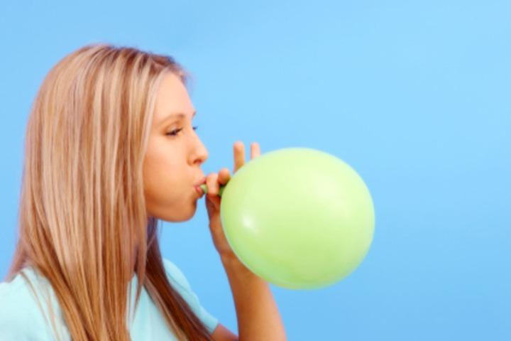 13. Meniup Balon