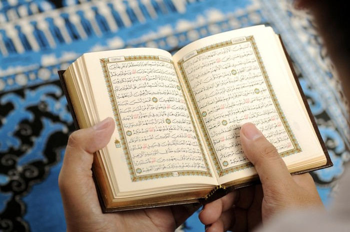 1. Membaca Al-Fatihah dan Surat di Al-Quran