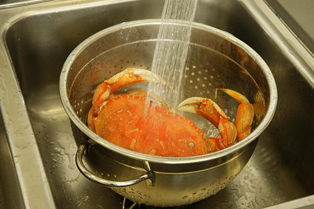 5. Cuci Bersih Kepiting